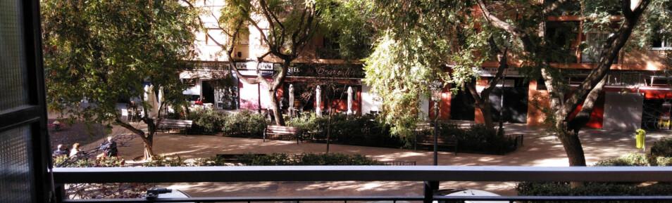 Piso con balcón frente a un jardín en Primero de Mayo – Ref. 347